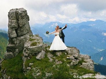 Brautpaar auf der Kampenwand am berühmten Teufelsstein